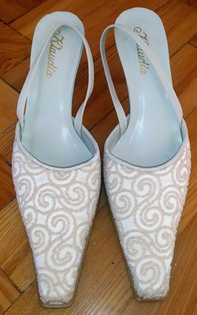 Białe buty z kremowymi zdobieniami