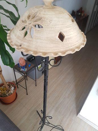Candeeiro de pé com abajur de cerâmica