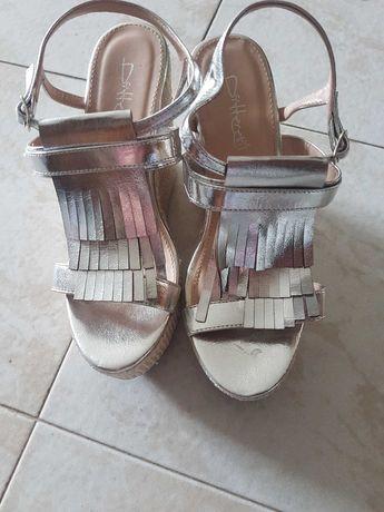 Sandálias prateadas com salto em cunha