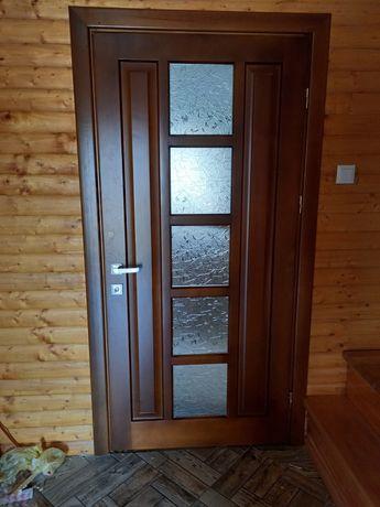 Деревяні двері нові.