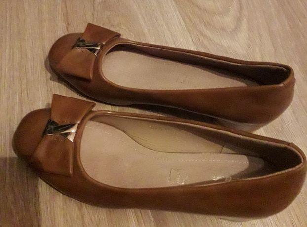brązowe pantofle 36