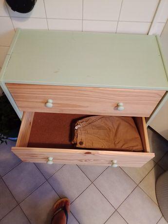 Comoda IKEA madeira natural com apontamentos de verde água.