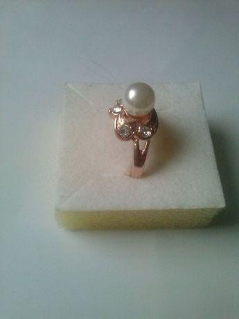 piękny pierścionek złoty kolor oczko perłowe