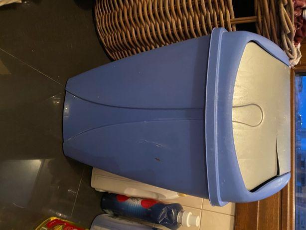 caixote do lixo azul