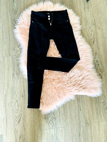 Czarne spodnie z podwyższonym stanem - Sinsay