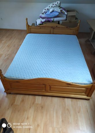 Łóżko drewniane z materacem