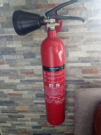Extintores, manta e caixa primeiros socorros