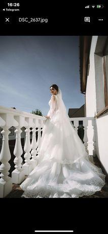 Продам весільну сукню з накладним шлейфом