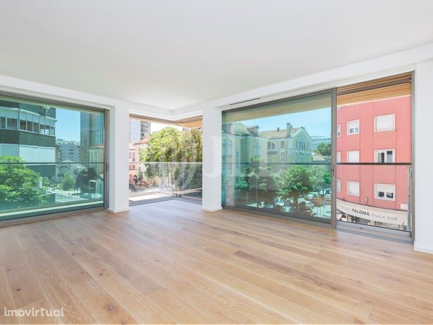 Apartamento T2, a estrear, com varanda e um lugar de gara...