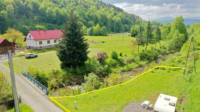 Działka nad potokiem z przyczepą campingową - prąd, woda, parking