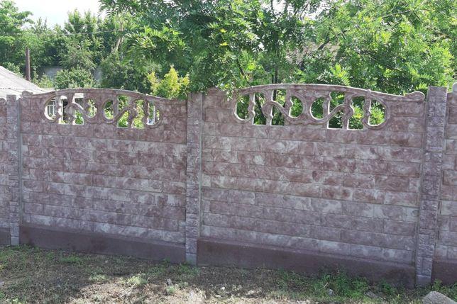 Бетонный забор и тротуарная плитка