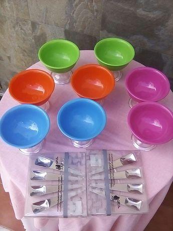 Taças de gelado com colheres