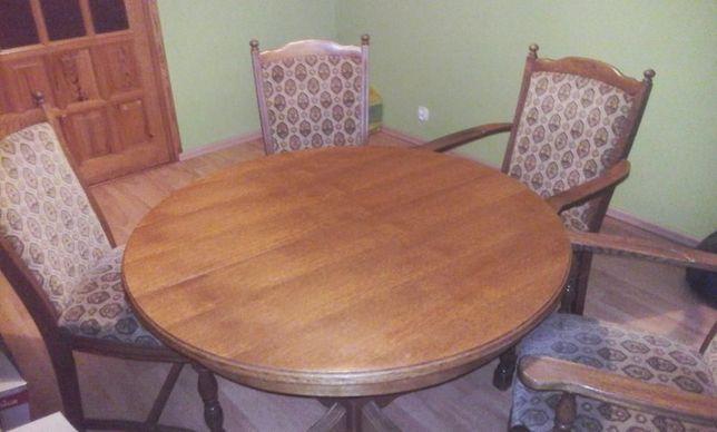 Stół i sześć krzeseł dębowych.