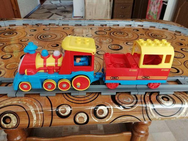 Железная дорога с паровозиком и вагоном