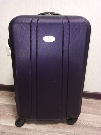 Пластиковый чемодан фиолетового цвета, на колесиках