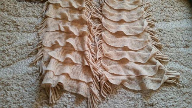 Kremowy szalik z falbanami i frędzlami