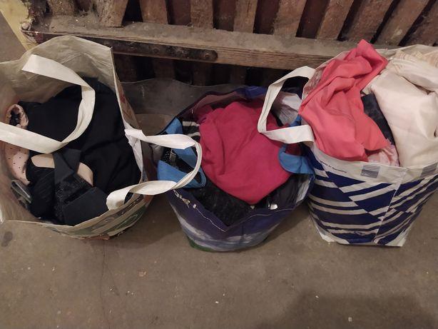 Trzy siatki z ubraniami