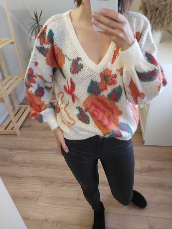 Sweter w róże kremowy