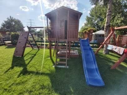 Ogrodowy domek dla dzieci ze zjeżdżalnią i wspinaczką