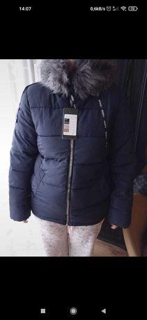 Ładna, ciepła granatowa damska kurtka zimowa.