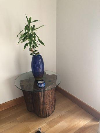 Mesa de apoio, resina imitando tronco, com tampo de vidro e rodízios.