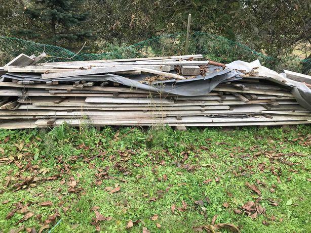 Deski szalunkowe używane, resztka więźby dachowej (nieużywana)