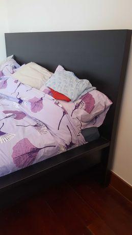Quarto cama casal 180x200 com estrado, mesinhas e comodas