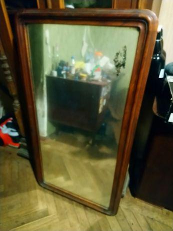 Старинное зеркало в деревянной оправе отлично подойдёт для стиля Loft