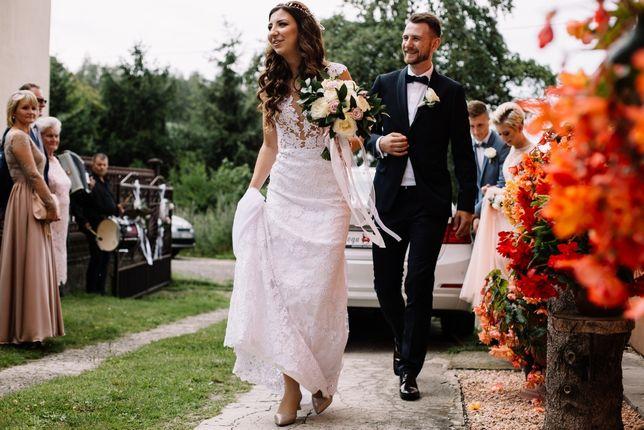 Piękna koronkowa suknia ślubna z nakładaną tiulową spódnicą z trenem