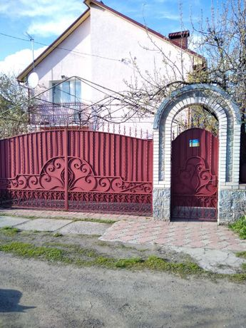 Продається двоповерховий п'ятикімнатний будинок в с. Дмитрушки.
