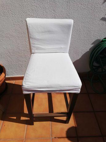 Cadeira alta, modelo do ikeia,duas capas, uma branca e outra cinzenta.