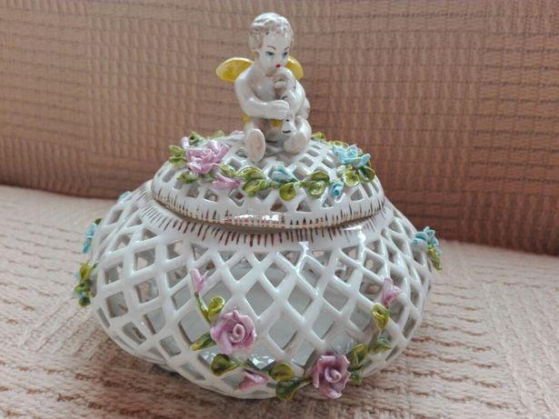 Ażurowa stara porcelanowa szkatułka z aniołkiem