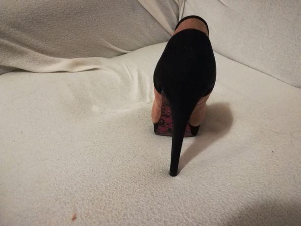 Wysokie buty w kolorze pudowego różu i czarnego