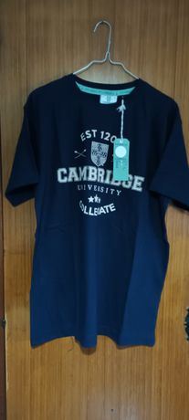 T-shirt azul escura, oficial universidade de Cambridge