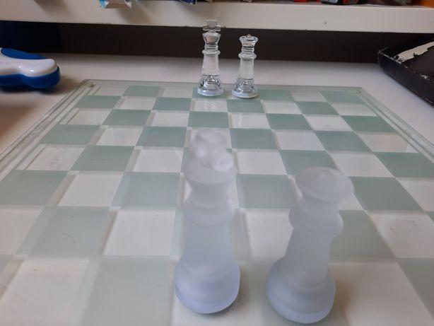 Tabuleiro de xadrez e damas em vidro
