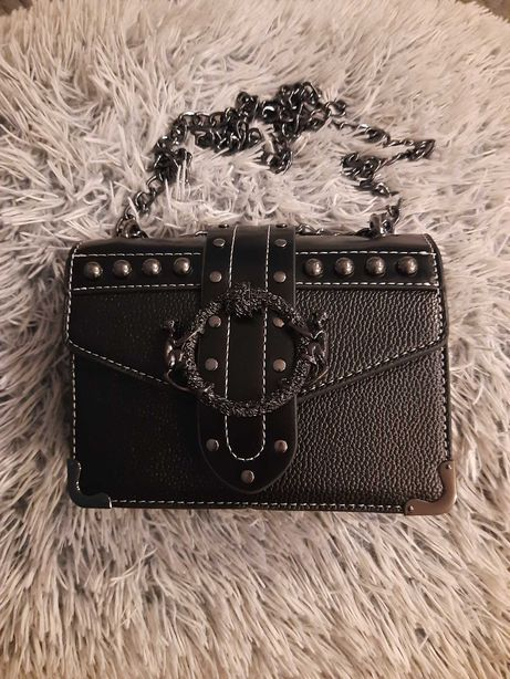 Czarna torebka z klamrą