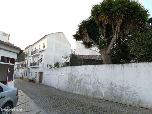 Terreno com 530m2 com 3 casas antigas tipo armazém em Odeceixe, no Algarve