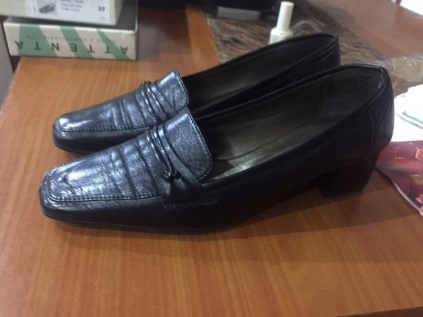 Sapatos pretos de senhora 37