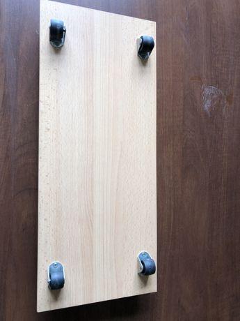podstawka pod komputer na kółkach, drewniana