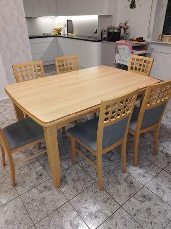 Rozkładany stół wraz z krzesłami