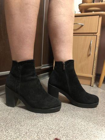 Ботинки чёрные замшевые на каблучке