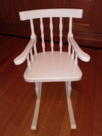 Cadeira de baloiço em madeira de criança