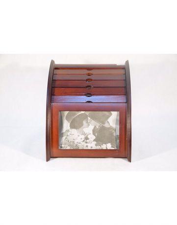 Фотоальбом с рамкой для фотографии сделан из дерева.
