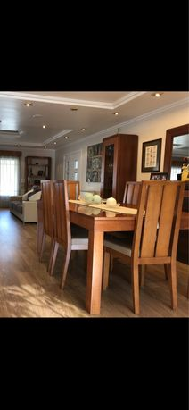 Mesa de jantar em madeira com 8 cadeiras forradas de novo em pele.