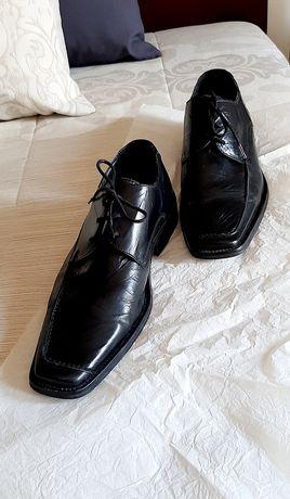 Sapato clássico masculino em bom estado.
