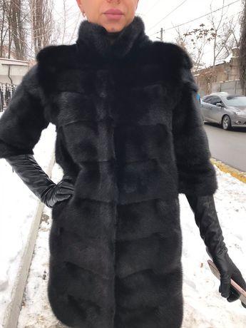 Норковая шуба с кожаными перчатками