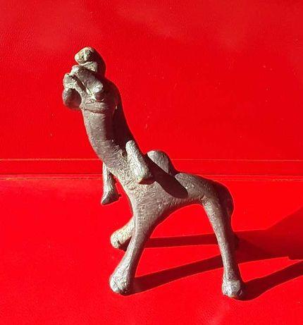 Escultura africana: rara figura com animal: bronze sec. XX