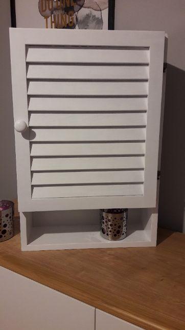 stara biała szafka łazienkowa z lustrem po odnowieniu vintage PRL