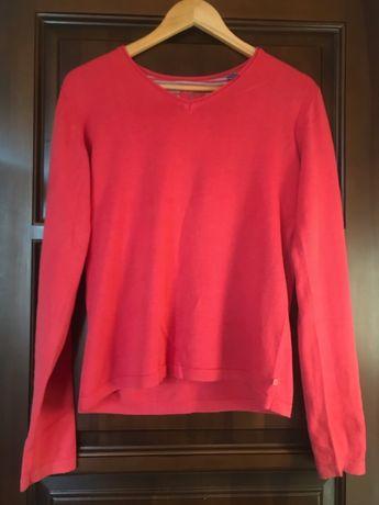 Модный свитер кораллового цвета