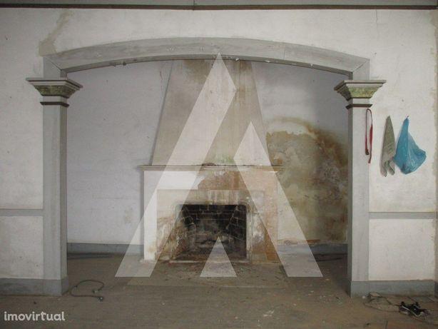Moradia T4, para restaurar, no centro de Aguim